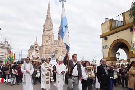 La comunidad boliviana visitó a la Virgen y mostr[o su colorido